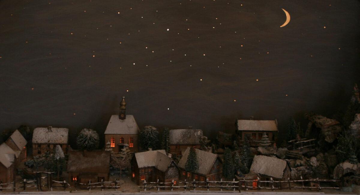 Fensterbrettberg  erleuchtet in der Nacht.