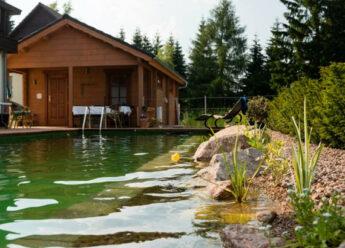 Blockhaussauna mit Bioschwimmteich