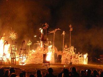 Skulpturengarten in Flammen